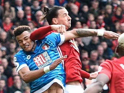 Tình huống Ibrahimovic đánh cùi trỏ vào mặt Mings