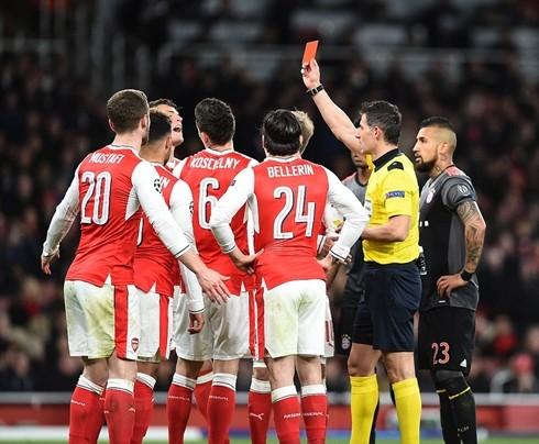 """Quả phạt penalty cùng với tấm thẻ đỏ của Koscielny khiến """"Pháo thủ"""" vỡ trận"""