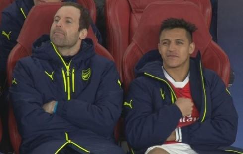 Sanchez nở nụ cười bí hiểm khi Arsenal phải nhận bàn thua thứ năm