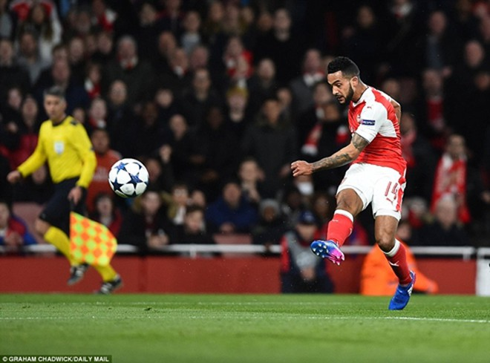 Arsenal nhen lên tia hy vọng ngược dòng nhờ bàn thắng mở tỷ số sớm của Walcott