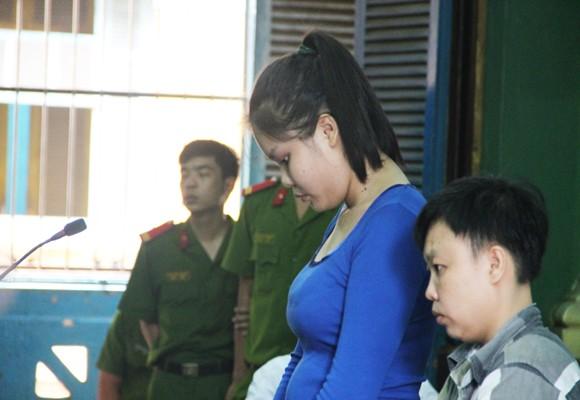 Bị cáo Nguyễn Thị Lượm (áo xanh) tại tòa