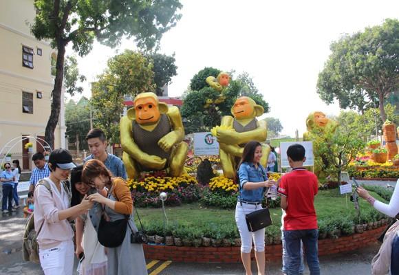 """Ngắm """"đàn khỉ"""" siêu ngộ nghĩnh ở đường hoa Hùng Vương ảnh 2"""