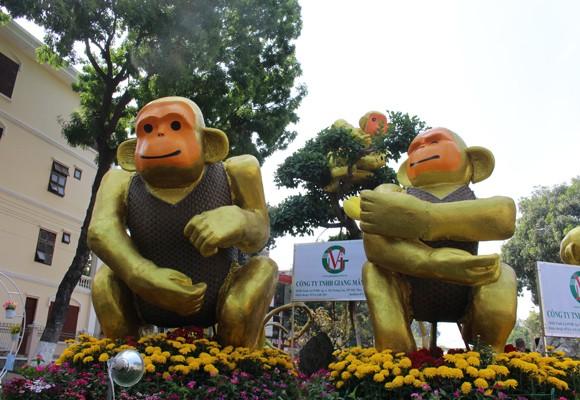 Những chú khỉ ngộ nghĩnh và hài hước tại đường hoa
