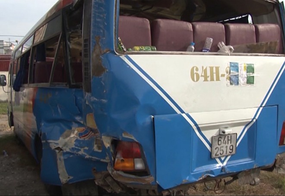 Chiếc xe khách bị hư hỏng nặng sau vụ tai nạn
