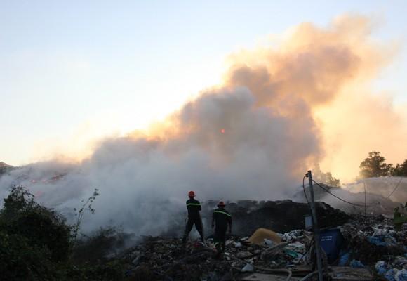 Bãi rác bốc cháy không rõ nguyên nhân
