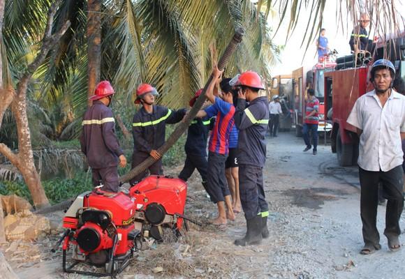 Lực lượng PCCC tham gia dập lửa