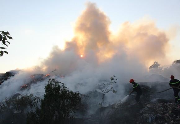 Hiện trường vụ cháy bãi rác khổng lồ