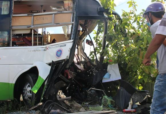 Phần đầu xe khách bị hư hỏng nặng