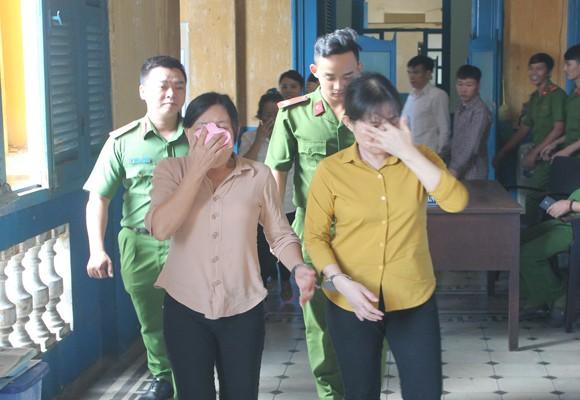 Hai bị cáo Đặng Thị Hòa và Phùng Thị Hường