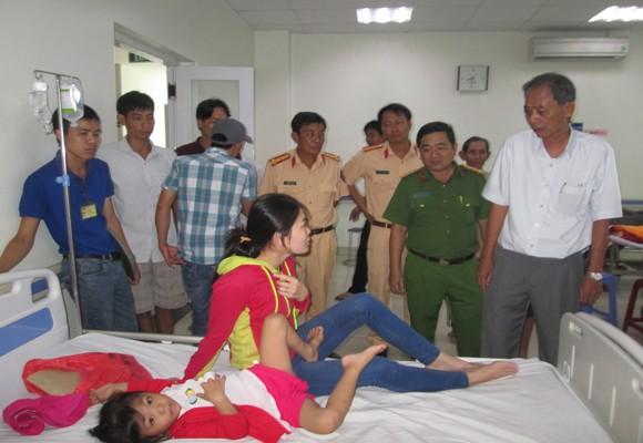Lãnh đạo Công an tỉnh và Ban an toàn giao thông tỉnh thăm các nạn nhân bị thương