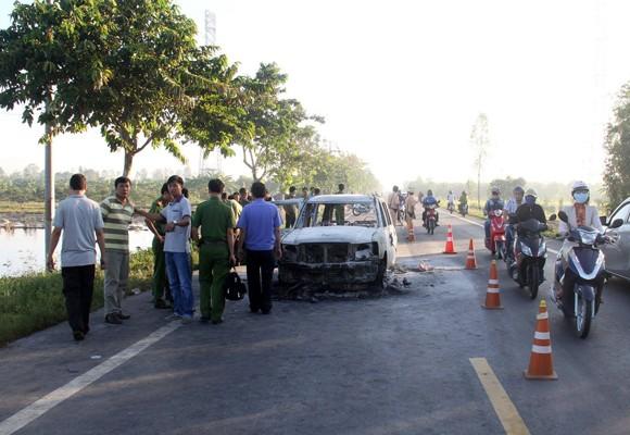 Lực lượng chức năng khám nghiệm hiện trường vụ cháy xe