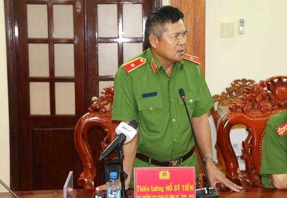Thiếu tướng Hồ Sỹ Tiến phát biểu tại buổi họp báo