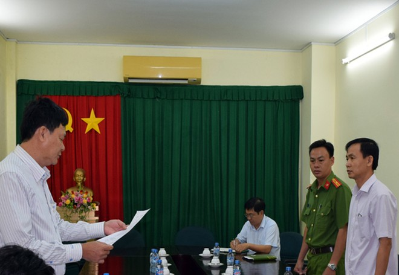 Thực hiện lệnh bắt ông Trần Văn Tâm (bìa phải)
