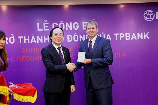 Ông Đỗ Minh Phú – Chủ tịch HĐQT TPBank trao số cổ đông cho đại diện IFC