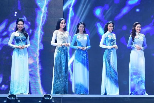 """Phần trình diễn áo dài của các thí sinh trong cuộc thi """"Hoa hậu Việt Nam 2016"""""""