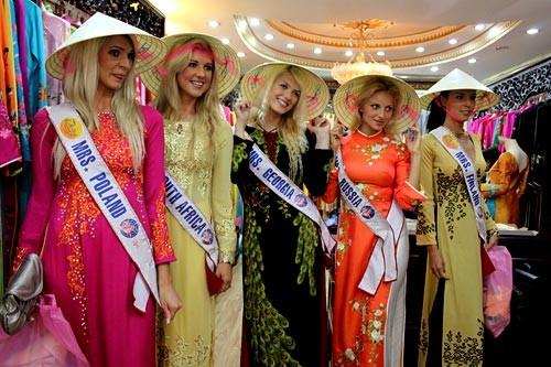 Các mỹ nhân thế giới duyên dáng trong tà áo dài của Việt Nam