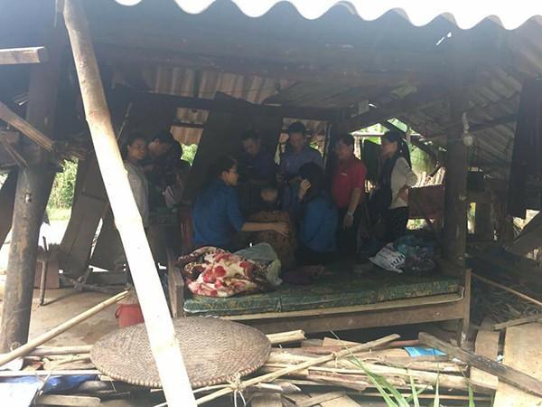 Hai người đẹp đến thăm hỏi và động viên các hộ dân có nhà bị phá hỏng