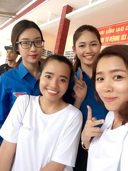 Hai người đẹp đã chọn trang phục áo xanh tình nguyện giản dị và vô cùng thân thiện với bà con