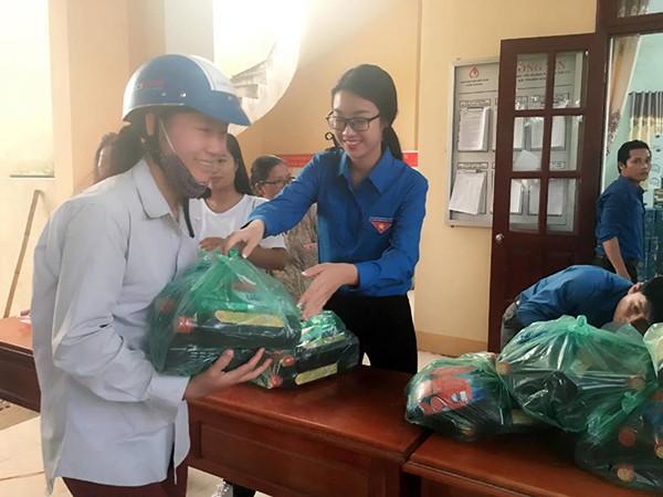 Mỹ Linh cùng Thanh Tú trao quà tới tận tay người dân Quảng Bình
