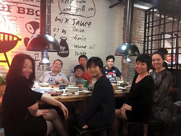 Bức ảnh chụp một đại gia đình hạnh phúc đang ăn tối cùng nhau