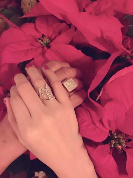 Hình ảnh Ngọc Trinh đeo nhẫn đôi với tỉ phú Hoàng Kiều được con dâu ông chia sẻ trên Facebook cá nhân