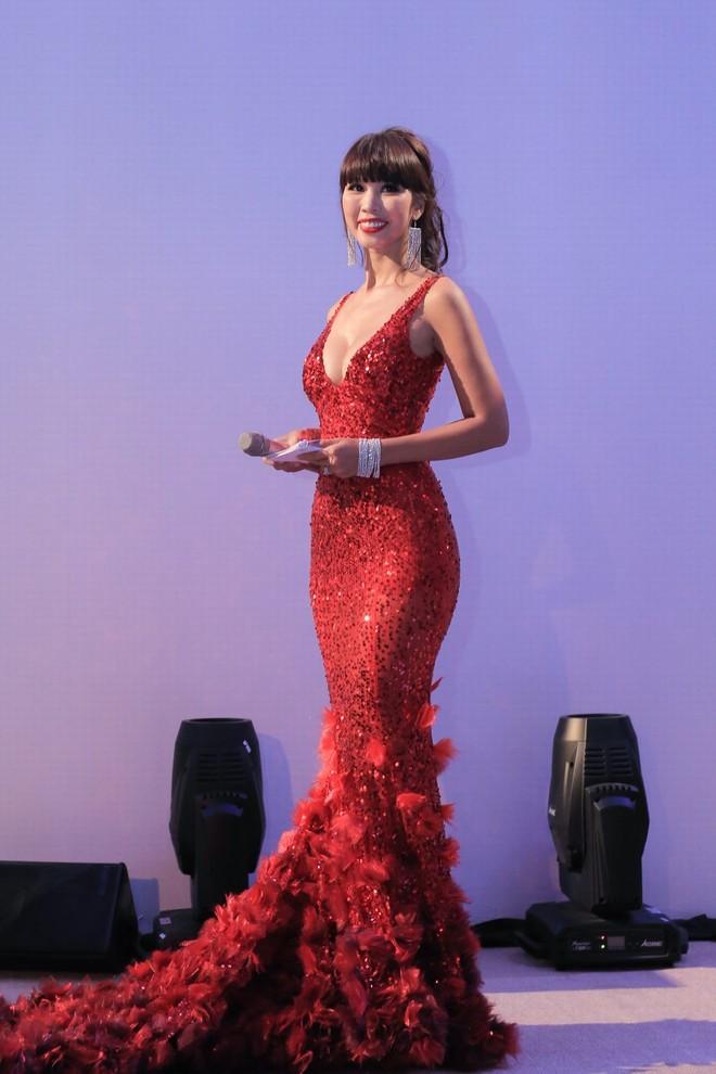 Siêu mẫu Hà Anh tất bật chạy show ngay sau đám cưới
