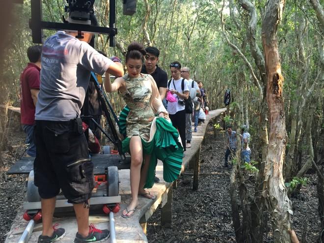 """Hoàng Thùy Linh ngủ gật khi quay MV """"Bánh trôi nước"""""""