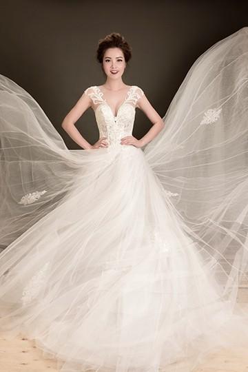 Á hậu Thuỵ Vân lộng lẫy mặc váy cưới