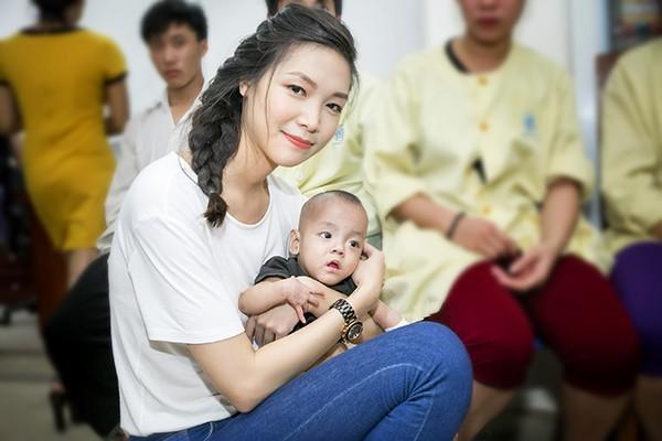 Hoa hậu Thùy Dung trao quà từ thiện cho bệnh nhi mùa trung thu