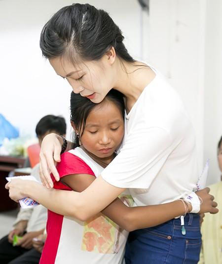 Hoa hậu Thùy Dung xúc động trước các hoàn cảnh của các em nhỏ