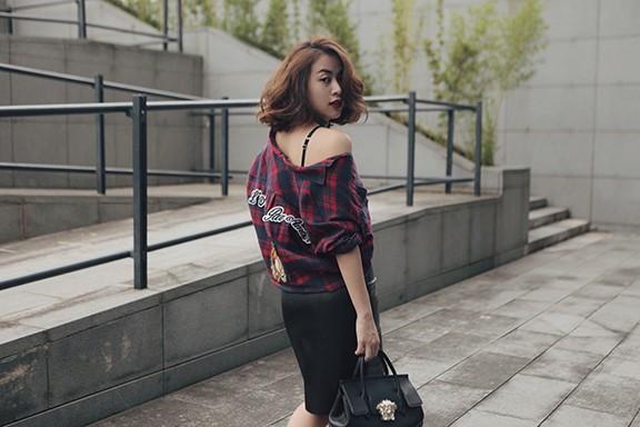 Những gam màu đơn giản và đối lập như đen- đỏ- trắng, một trong những phong cách mix trang phục điển hình chưa bao giờ lỗi thời