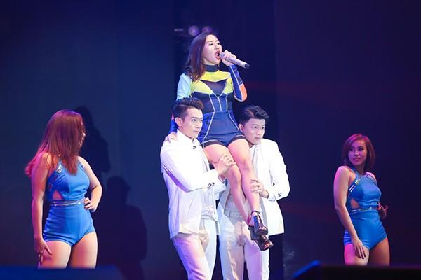Văn Mai Hương bật khóc khi được fans tổ chức sinh nhật bất ngờ