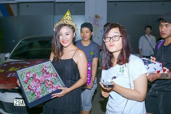 Văn Mai Hương bật khóc khi được fans tổ chức sinh nhật bất ngờ ảnh 7