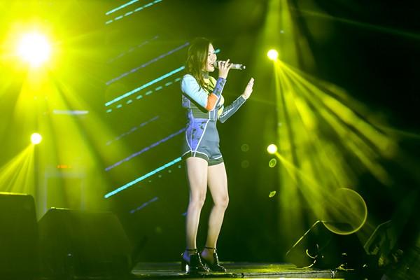 Văn Mai Hương trong phần biểu diễn của mình
