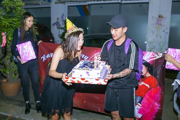 Và...thổi nến mừng sinh nhật ngay sau cánh gà sân khấuCô hào hứng bóc quà ngay tại chỗ
