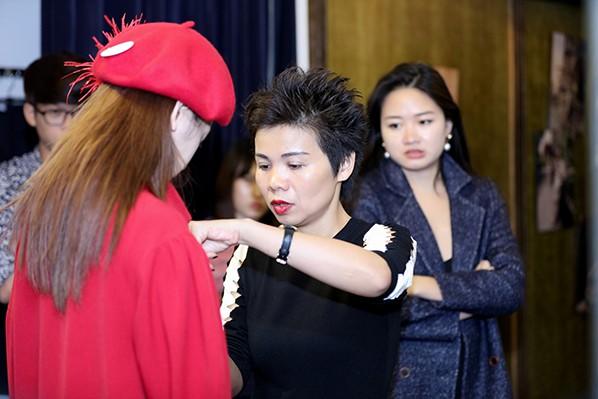NTK Xuân Lê giúp Chi Pu lựa chọn trang phục