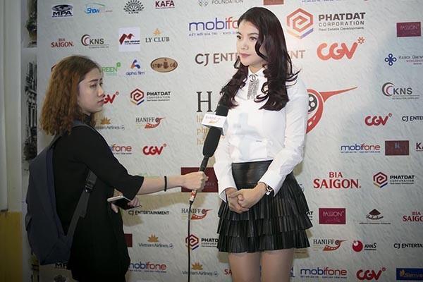 Nữ diễn viên kiêm nhà sản xuất trả lời phỏng vấn tại buổi giao lưu