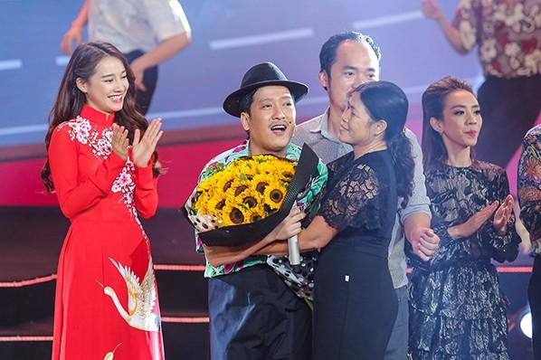 """Nhã Phương bất ngờ xuất hiện và hát cùng Trường Giang trong liveshow """"Chàng hề xứ Quảng 2 – Về quê"""" ảnh 10"""