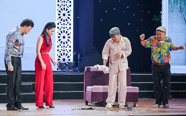 """Nhã Phương bất ngờ xuất hiện và hát cùng Trường Giang trong liveshow """"Chàng hề xứ Quảng 2 – Về quê"""""""