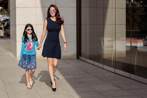 Con gái Trương Ngọc Ánh sành điệu xuống phố cùng mẹ