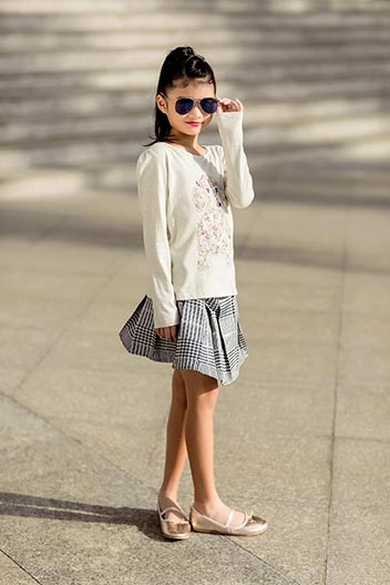 Cô bé tự tin tạo dáng như người mẫu nhí chuyên nghiệp