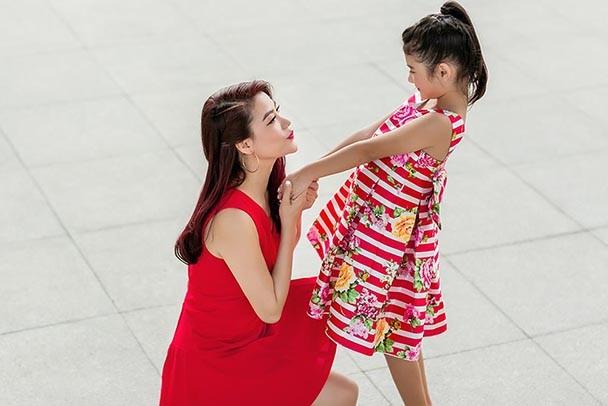 Con gái Trương Ngọc Ánh sành điệu xuống phố cùng mẹ ảnh 11