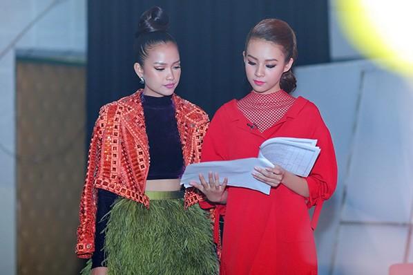Phí Phương Anh và Ngọc Châu cùng đọc lại kịch bản trước buổi ghi hình
