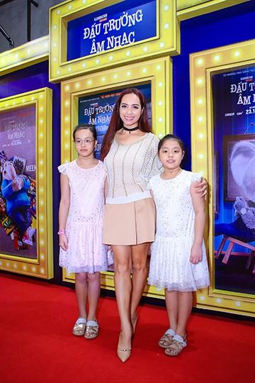 """Người mẫu Thúy Hạnh dẫn hai """"công chúa"""" đến xem phim"""