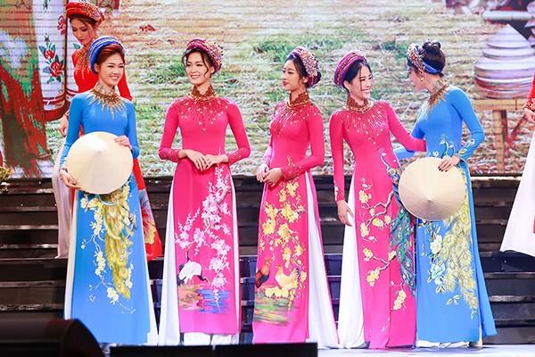 Hoa hậu Thùy Dung cùng các người mẫu trên sân khấu