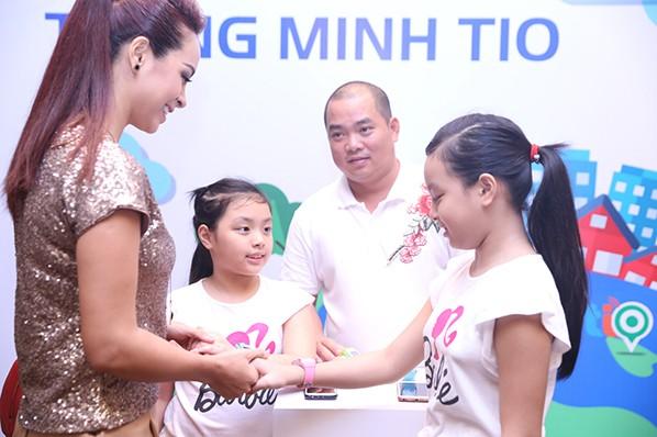 Con gái Thúy Hạnh - Minh Khang chững chạc bên ba mẹ