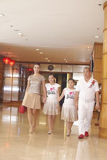Gia đình Thúy Hạnh mặc đồ ton sur ton tham gia sự kiện