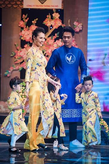 Đào Thị Hà rạng rỡ trong tà áo dàiNgọc Hân cũng sải bước tự tin trên sân khấu