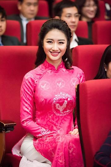Hoa hậu Bản sắc Việt toàn cầu 2015 Thu Ngân xuất hiện dịu dàng trong tà áo dài