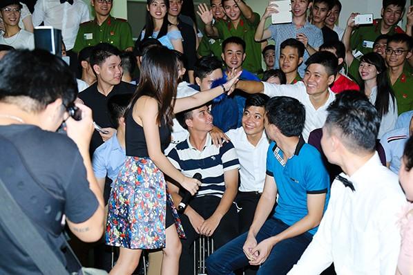 Rất đông các bạn trẻ vui mừng gặp gỡ Văn Mai Hương